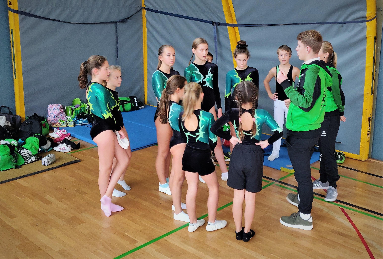 Die Mannschaften werden durch die Trainer auf den Wettkampf vorbereitet.